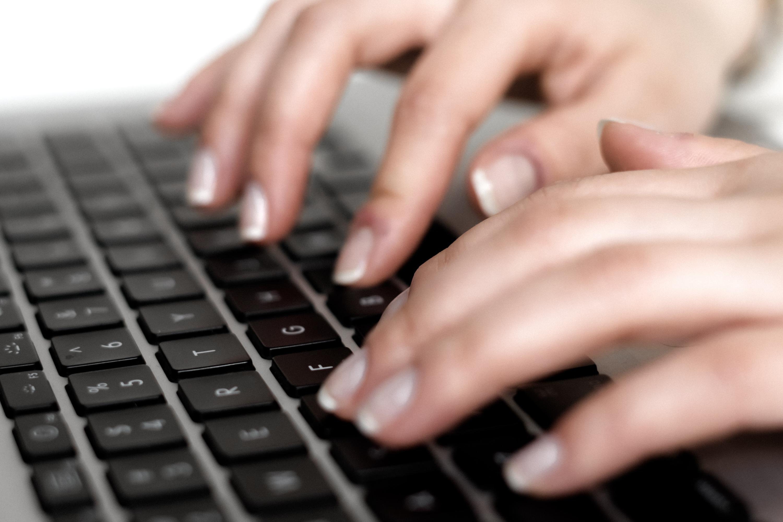 Er wordt een blog getypt over personal branding op een laptop.
